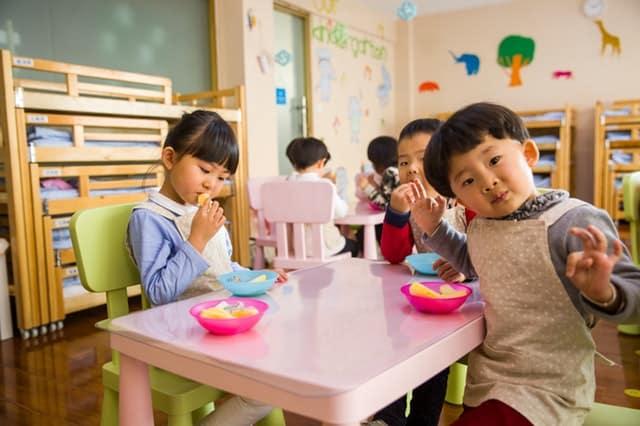 children at school eating snacks